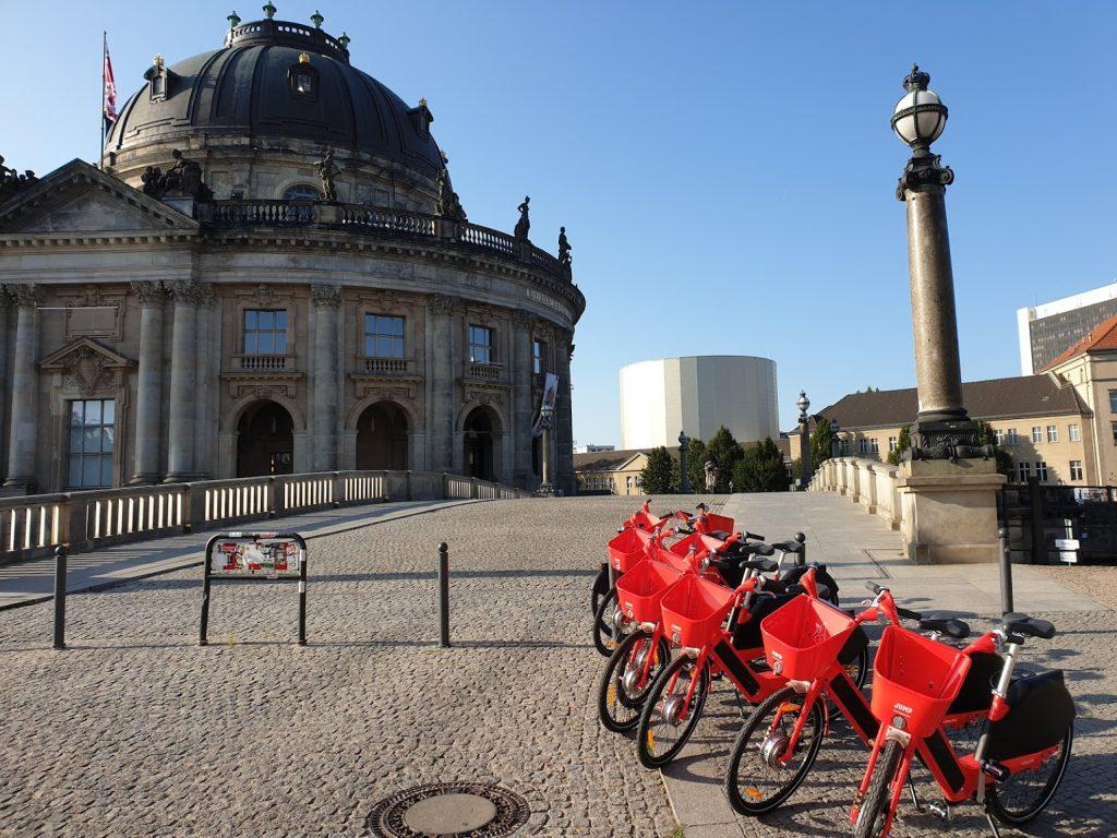 Bike Sharing Berlin Jump fahrräder vor dem Bode Museum