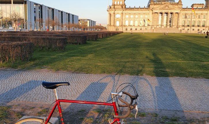Berlin Fahrrad fahren rotes Rennrad vor dem Berliner Reichstag